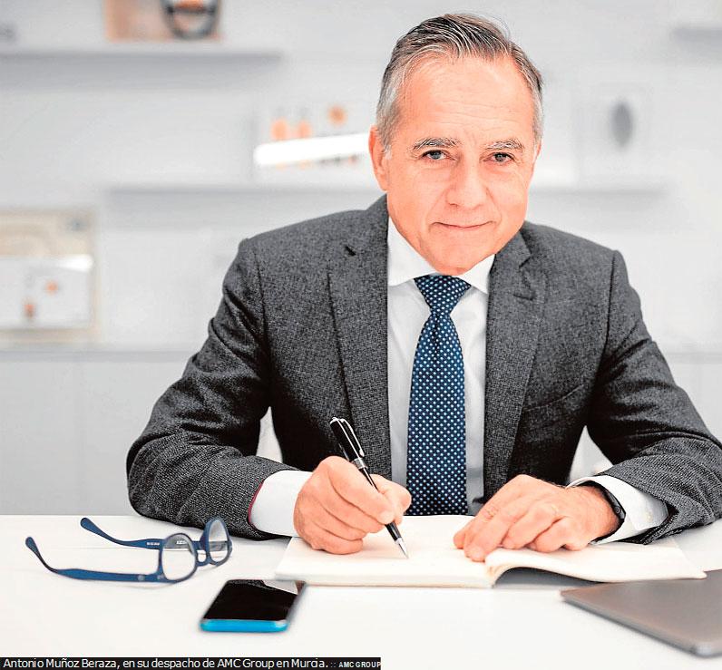 Antonio Muñoz Beraza el Diploma de Servicios Distinguidos