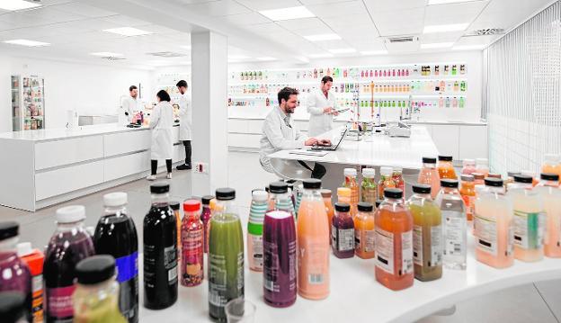 AMC Natural Drinks con sede principal en Murcia antes AMC Juices forma parte de AMC Group un holding de varias empresas dividida en AMC Fresh y AMC Natural Drinks, AMC Group está presente en más de 50 paises, la actividad de AMC Group es amplia desde AMC Natural Drinks apuesta por la Sostenibilidad en Bebidas Saludables Naturales y Zumos naturales funcionales y Producción de Bebidas Sostenibles bioactivas y Smoothies de alta calidad, también es fábrica Gazpachos naturales, esta empresa no solo es una fábrica de bebidas innovadoras naturales tambien es proveedor de famosos retailers y empresas de alimentacion y crea productos a medida marca blanca